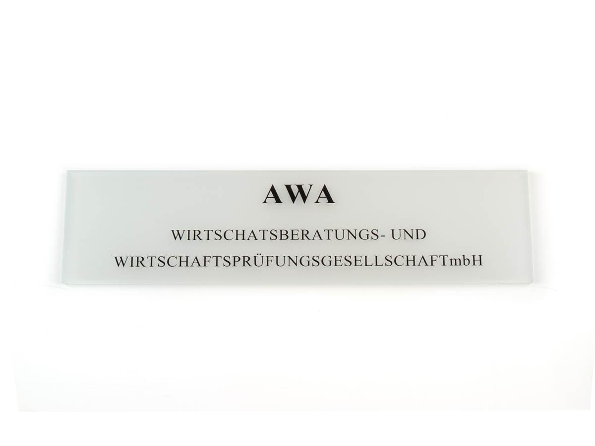 Firmenschild - Acrylglas opal graviert und eingefärbt - Karas Wiener Schilderwerkstatt