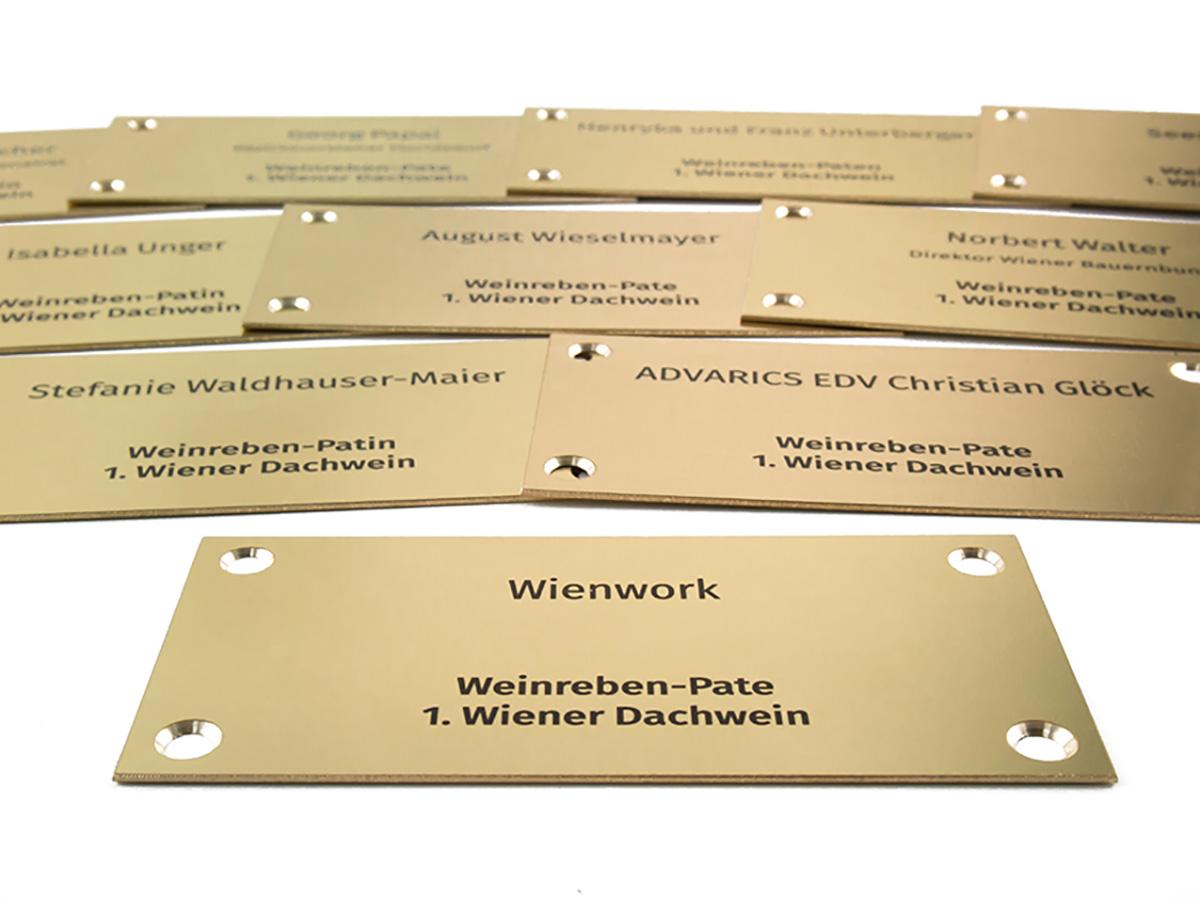 Awards - Messing poliert graviert und eingefärbt - Karas Wiener Schilderwerkstatt