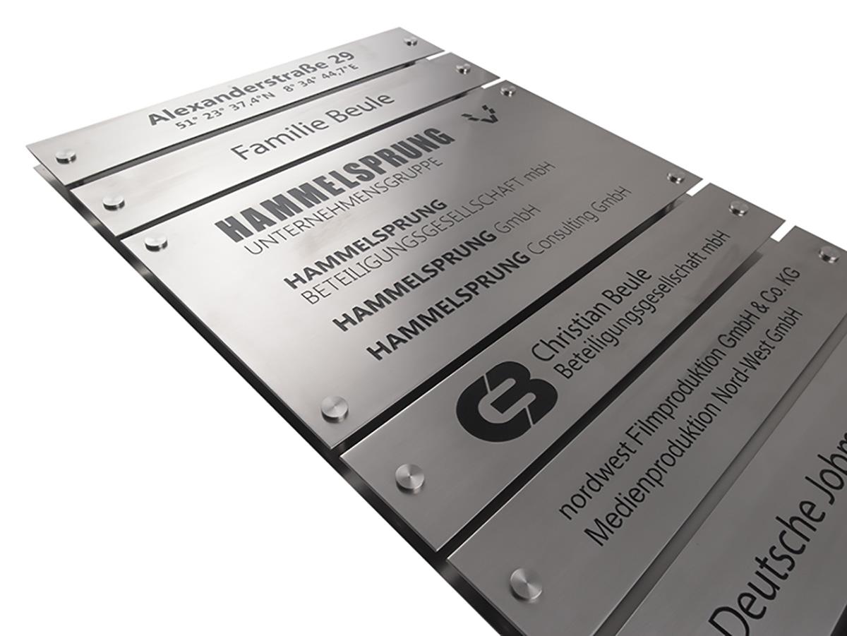 Systemschild - Aluminium Edelstahleffekt graviert und eingefärbt auf Alu Edelstahleffekt Grundplatte - Karas Wiener Schilderwerkstatt
