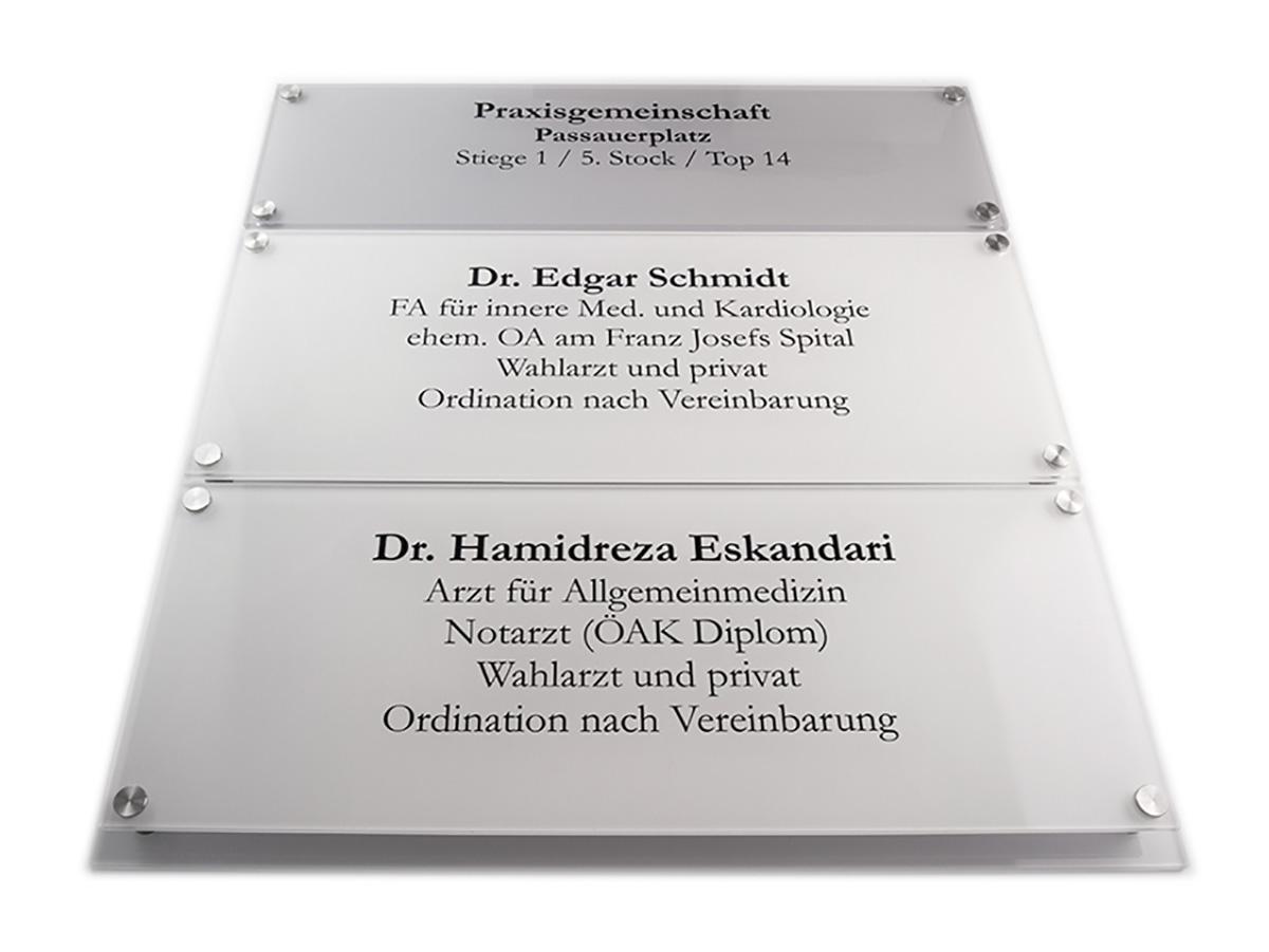 Systemschild - Acrylglas mit Digitaldruck auf Acrylgrundplatte - Karas Wiener Schilderwerkstatt