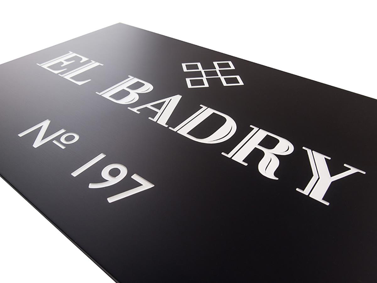 Firmenschild - Aluminium schwarz matt graviert und eingefärbt - Karas Wiener Schilderwerkstatt