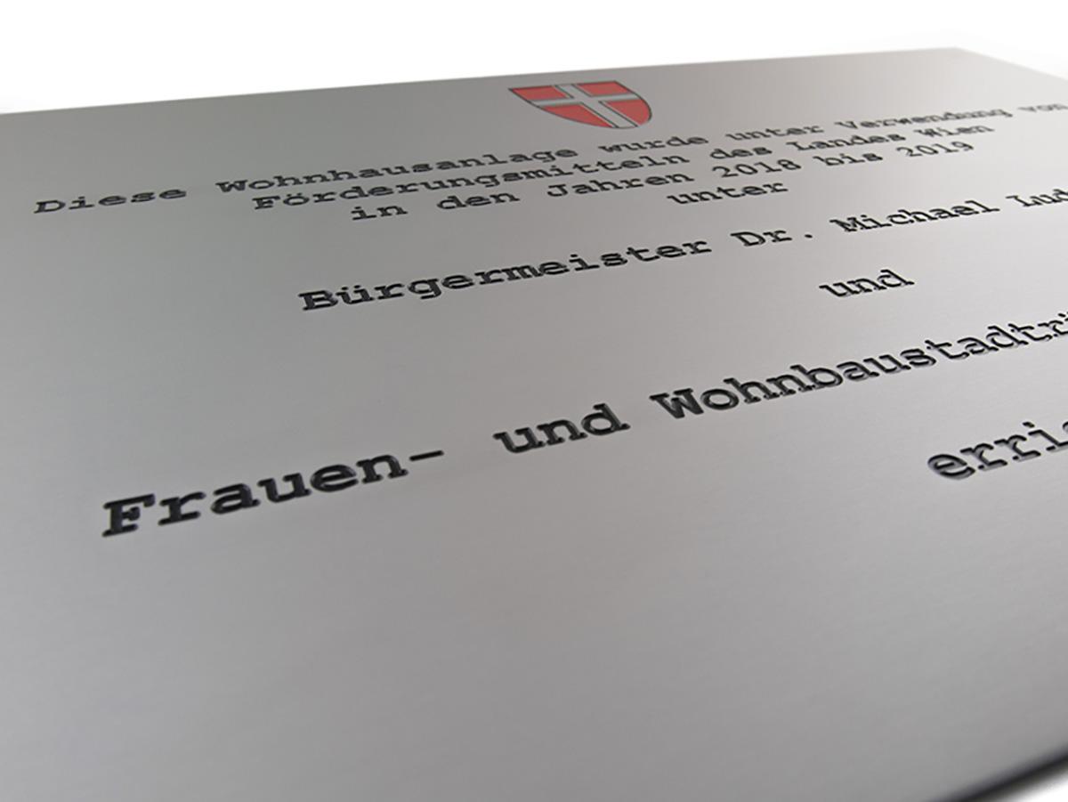 Widmungstafel - Aluminium Edelstahleffekt graviert und eingefärbt Karas - Wiener Schilderwerkstatt