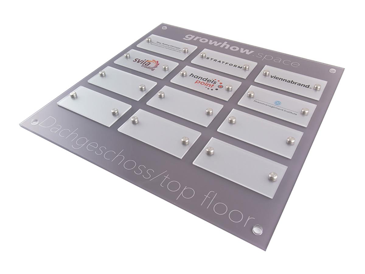 Systemschild Acrylglas mit Digitaldruck auf Acrylglas Grundplatte - Karas Wiener Schilderwerkstatt