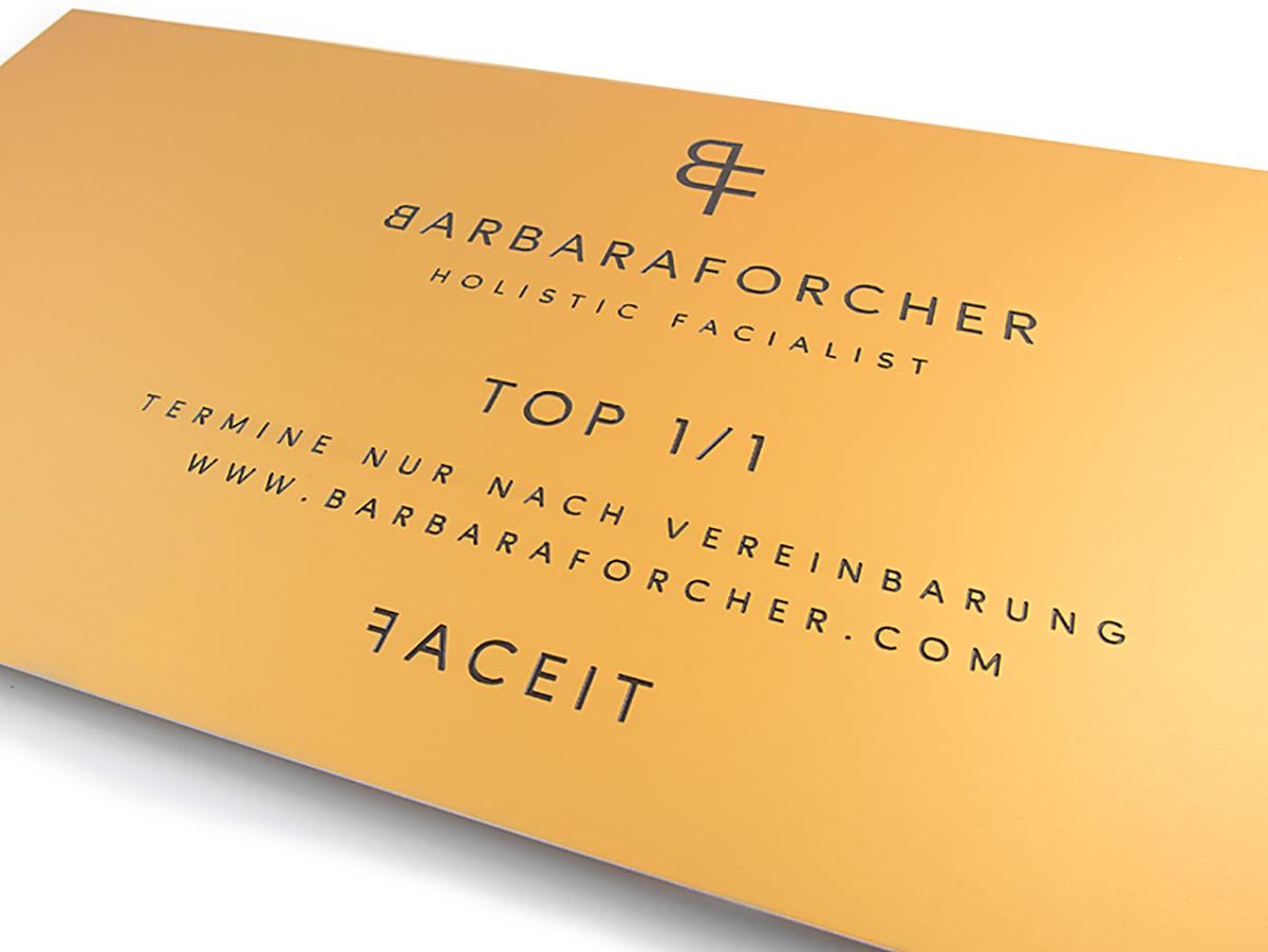 Firmenschild. Aluminium gold matt, graviert und lackiert- Karas Schilderwerkstatt