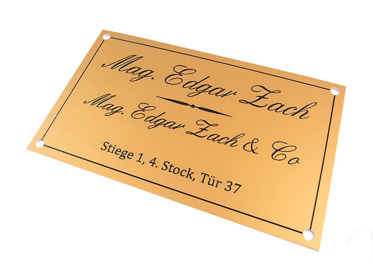 Türbeschriftung. Aluminium gold glänzend, graviert und lackiert- Karas Schilderwerkstatt