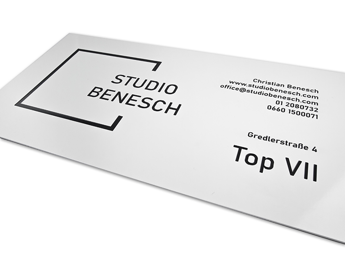 Firmenschild - Alu weiß - Gravur & Lack - Karas Schilder Wien